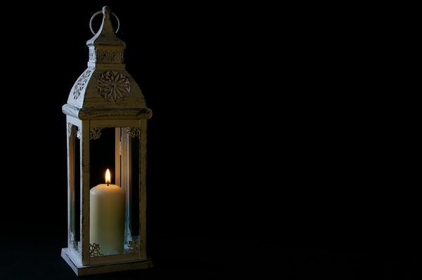 Elegancka biel drewnianych lampionów