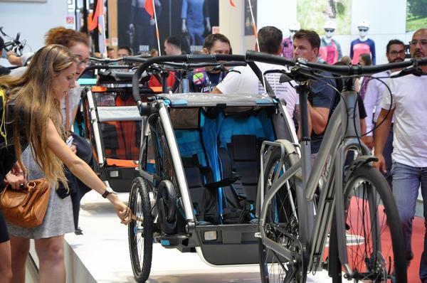 Przedstawiciel handlowy oferujący przyczepki rowerowe
