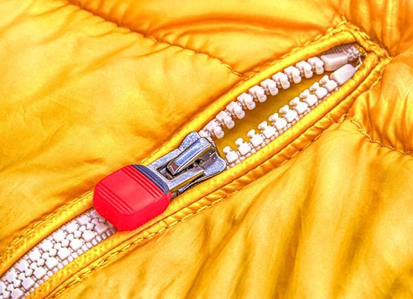 Rzepy w kurtce przeciwdeszczowej